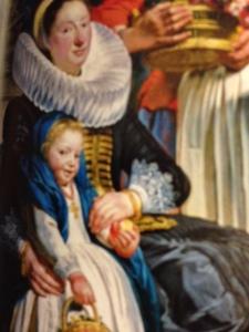 La hija del pintor resaltada por el azul, el coral el blanco