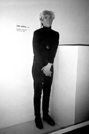 Escultura invisible con Warhol delante